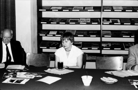 Konferencja prasowa w czytelni biblioteki Działu Dokumentacji Naukowej, red. Mieczysław Jagoszewski (Dziennik Łódzki) i Janina Ładnowska (Dział Sztuki Nowoczesnej)