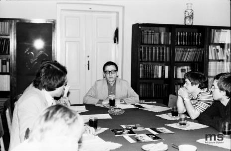 Konferencja prasowa w czytelni biblioteki Działu Dokumentacji Naukowej, mówi dyr. Ryszard Stanisławski, z prawej Zdzisław Sowiński (Pracownia Fotograficzna) i Aleksander Honory