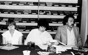 Konferencja prasowa w czytelni biblioteki Działu Dokumentacji Naukowej, od lewej Janina Ładnowska (Dział Sztuki Nowoczesnej), Maria Korzeniowska-Sondej (Kalejdoskop), x