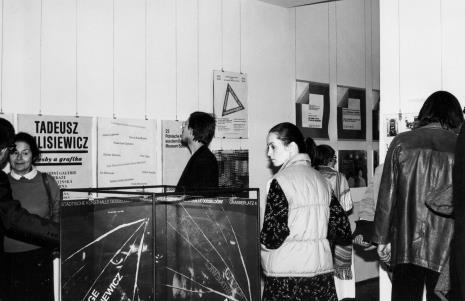 Z lewej dyr. Ryszard Stanisławski (ms) oprowadza red. Ewę Garztecką (Trybuna Ludu) po wystawie