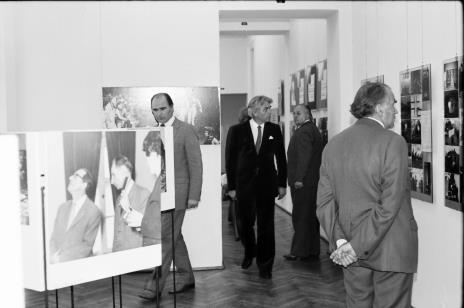 Pierwszy z lewej dyr. Bogdan Rymaszewski (Ministerstwo Kultury i Sztuki), w głębi z prawej Zdzisław Konicki (archiwista)