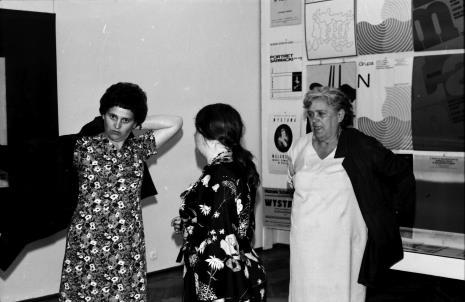 Krystyna Pruk, Alicja Przyborowska i Bronisława Krysińska (obsługa galerii)