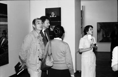 Od lewej Wiesław Borowski (Galeria Foksal w Warszawie), Krystyn Zieliński (PWSSP w Łodzi), red. Ewa Garztecka (tyłem, Trybuna Ludu), Jolanta Kowalczyk (Pracownia Kserograficzna)