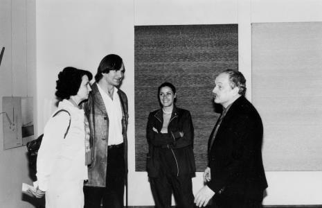Po lewej Urszula Czartoryska (Dział Fotografii i Technik Wizualnych) w rozmowie z artystami: Józefem Robakowskim, Małgorzatą Potocką i Antonim Starczewskim
