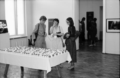 Od lewej Małgorzata Zagrodzka (żona Janusza Zagrodzkiego), Jolanta Kowalczyk (ms), Joanna Bojarska (Dział Rysunku i Grafiki Nowoczesnej)