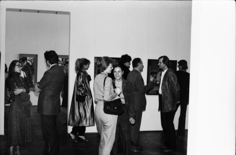 Od lewej Joanna Bojarska (Dział Rysunku i Grafiki Nowoczesnej) w rozmowie z Krystynem Zielińskim (PWSSP w Łodzi, x, Małgorzata Zagrodzka, Małgorzata Potocka, z prawej w jasnej koszuli Józef Robakowski