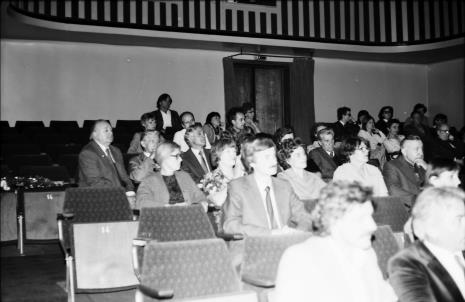 Spotkanie w Teatrze Nowym w Łodzi, pierwszy z lewej Zdzisław Konicki (Archiwum Państwowe w Łodzi, Towarzystwo Przyjaciół Łodzi)