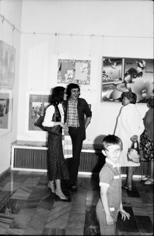 Z lewej Joanna Bojarska (Dział Grafiki i Rysunku Nowoczesnego)
