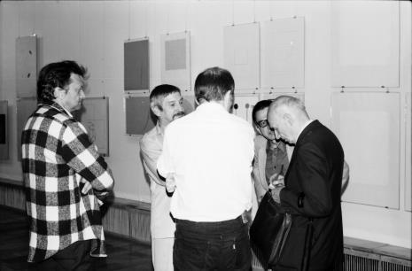 Od lewej Krystyn Zieliński, Leszek Rózga, tyłem Janusz Zagrodzki (Dział Grafiki i Rysunku Nowoczesnego), dyr. Ryszard Stanisławski, red. Mieczysław Jagoszewski (Dziennik Łódzki)