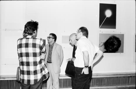 W środku dyr. Ryszard Stanisławski, red. Mieczysław Jagoszewski (Dziennik Łódzki), Janusz Zagrodzki (Dział Grafiki i Rysunku Nowoczesnego)