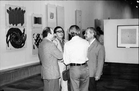 Od lewej dyr. Bernard Kepler (BWA w Łodzi), dyr. Ryszard Stanisławski, Jan Łukasik (tyłem), Ryszard Brudzyński (wicedyrektor ms)