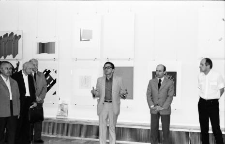 Od lewej Ryszard Brudzyński (wicedyrektor ms), red. Mieczysław Jagoszewski (Dziennik Łódzki), x, dyr. Ryszard Stanisławski, dyr. Bernard Kepler (BWA w Łodzi), dr Janusz Zagrodzki (Dział Grafiki i Rysunku Nowoczesnego)