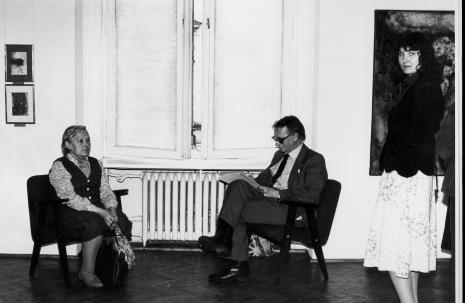 Stanisław Ibis-Gratkowski rysuje portrety uczestników Niedzieli w Muzeum Sztuki