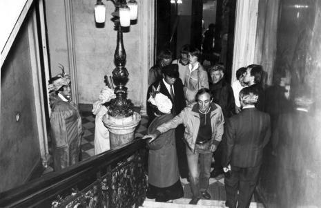 Zespół Koła Emerytów na klatce schodowej ms przed występem, z prawej w okularach Alexander Honory