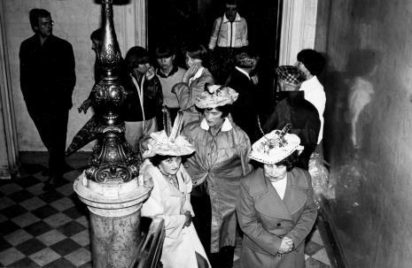 Zespół Koła Emerytów na klatce schodowej ms przed występem, z lewej w okularach Alexander Honory