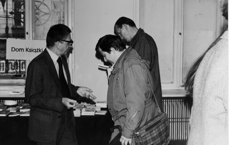 Dyr. Ryszard Stanisławski przy stoisku Domu Książki