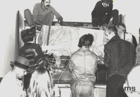 Z lewej strony w kapeluszu Joseph Beuys, u góry po prawej Lech Lechowicz (Dział Fotografii i Technik Wizualnych)