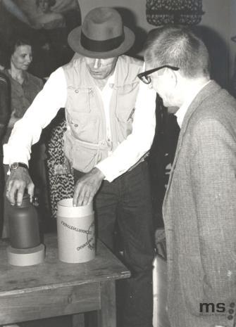 (w głębi) Urszula Czartoryska (Dział Fotografii i Technik Wizualnych), Joseph Beuys i dyr. Ryszard Stanisławski
