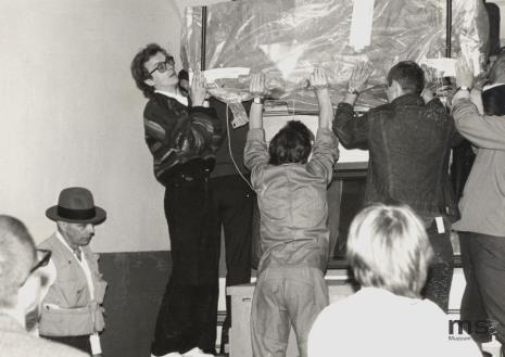 Z lewej strony w kapeluszu Joseph Beuys, w okularach Grzegorz Musiał (Dział Fotografii i Technik Wizualnych)
