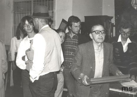 Od lewej x, Joseph Beuys (tyłem), Małgorzata Jankowska (Pracownia Fotograficzna), Alexander Honory, dyr. Ryszard Stanisławski, Grzegorz Musiał (Dział Fotografii i Technik Wizualnych)