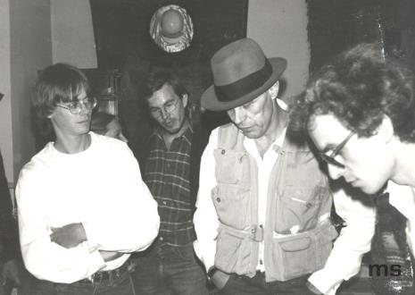 Od lewej x, Aleksander Honory, Joseph Beuys, Grzegorz Musiał (Dział Fotografii i Technik Wizualnych)