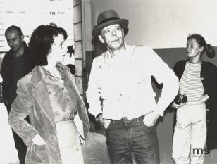 Od lewej Jaromir Jedliński (Dział Grafiki i Rysunku Nowoczesnego), Urszula Czartoryska (Dział Fotografii i Technik Wizualnych), Joseph Beuys, Małgorzata Jankowska (Pracownia Fotograficzna)