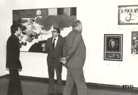 """Paryscy goście na wystawie """"Realizm społeczny pop-artu"""", od lewej Stanisław Zadora, dyr. Ryszard Stanisławski, Pontus Hulten"""