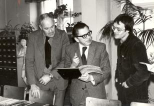 Spotkanie w czytelni biblioteki Działu Dokumentacji Naukowej, od lewej Pontus Hulten, dyr. Ryszard Stanisławski, Stanisław Zadora