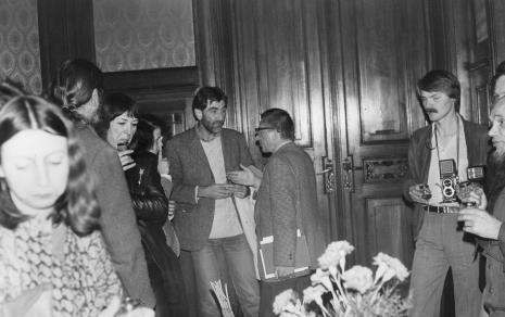 Dyr. Ryszard Stanisławski w rozmowie z Paulem Shartisem, z lewej Ewa Partum