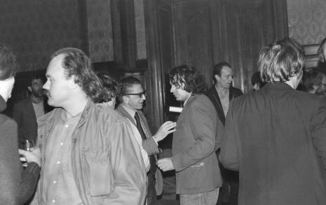 W głębi z lewej Paul Shartis, w środku dyr. Ryszard Stanisławski w rozmowie z Ryszardem Waśko, w głębi z prawej w ciemnym ubraniu Peter Downsborough