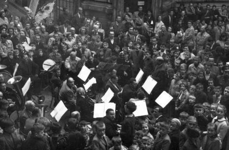 Orkiestra Dęta ZPB im. Szymona Harnama w Łodzi podczas koncertu na dziedzińcu muzealnym
