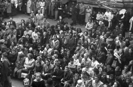 Publiczność na dziedzińcu muzealnym