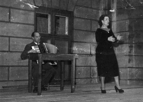 Występ T. Czajkowskiej (śpiew) i A. Pindrasa (akordeon)