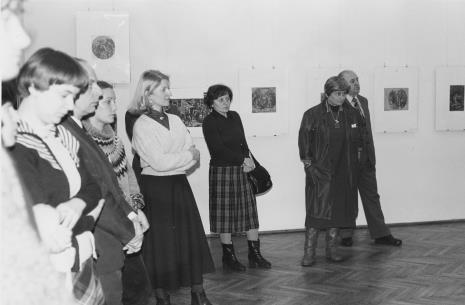 Od lewej Elżbieta Sowińska (Dział Konserwacji), Stefan Izdebski (Dział Administracyjno - Gospodarczy), x, Wiesława Zmyślona (późn. Jędrzejczyk, Dział Realizacji Wystaw i Wydawnictw), dr Maria Potemska (Dział Konserwacji), dr Teresa Kmiecińska-Kaczmarek (Dział Głównego Inwentaryzatora), Zdzisław Konicki (archiwista)