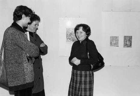 Z lewej Krystyna Pruk (obsługa galerii) z synem, z prawej dr Maria Potemska (Dział Konserwacji)