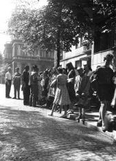 Uczestnicy kolonii przed gmachem ms