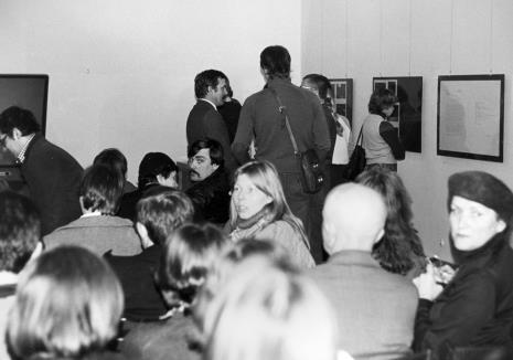 Publiczność wernisażu i spotkania z Douglasem Davisem