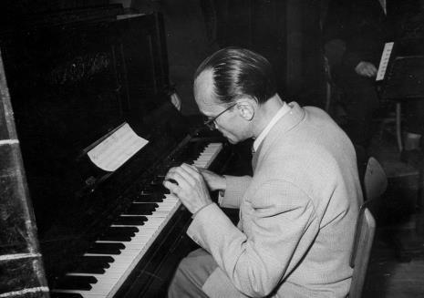 Przy pianinie Tadeusz Dobrzyński