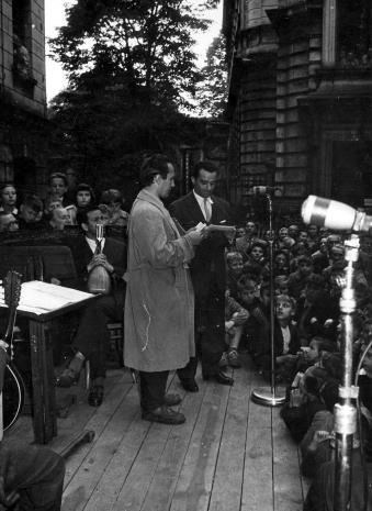 Konferansjer Henryk Abbe (z prawej) i uczestnik konkursu Zgaduj Zgadula