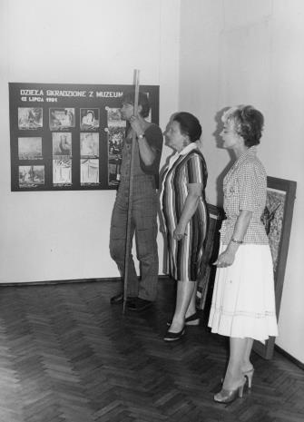 Od lewej Wojciech Kubiak (brygada techniczna), Regina Marquadt (Dział Realizacji Wystawy i Wydawnictw), Teresa Nalewajczyk (wicedyrektor ms)