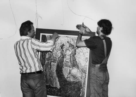 Eugeniusz Cieślak i Wojciech Kubiak z brygady technicznej podczas montażu wystawy