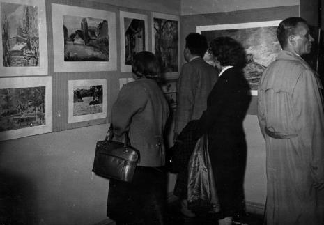 Publiczność zwiedza wystawę