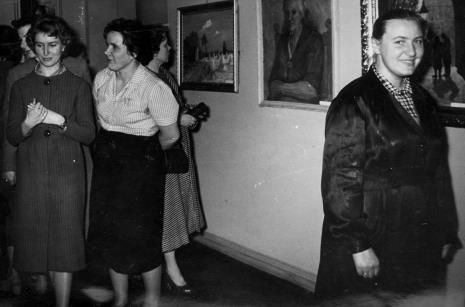 Zwiedzanie wystawy, od lewej Teresa Malczyk (Dział Naukowo-Oświatowy), Genowefa Okulicz (Dział Naukowo-Oświatowy), Hanna Miecznikowska (Dział Naukowo-Oświatowy)