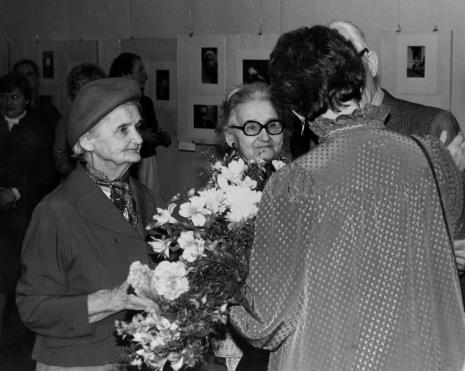 Eva Rubinstein z łódzkimi znajomymi Artura Rubinsteina, w środku Janina Nowakowska (współpracowniczka pierwszego dyrektora ms Mariana Minicha)