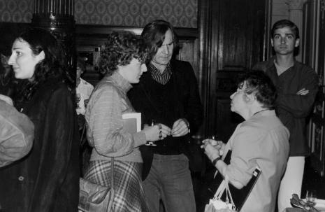 Mariola Kosińska ((Pracownia Fotograficzna) i Józef Robakowski w rozmowie z Zofią Rydet, z prawej red. Jan Maria Jackowski (Fotografia)