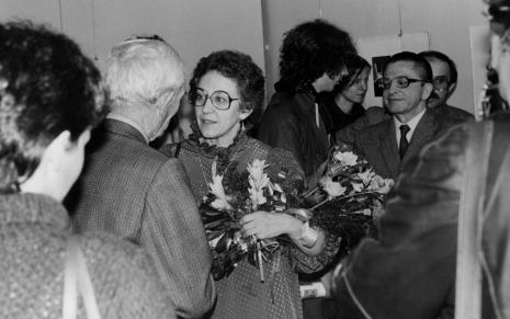 Z kwiatami Eva Rubinstein, z prawej dyr. Ryszard Stanisławski (ms)