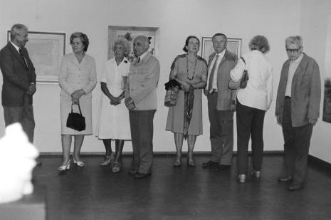 Członkowie Towarzystwa Przyjaciół Muzeum Sztuki oraz z prawej Bolesław Utkin