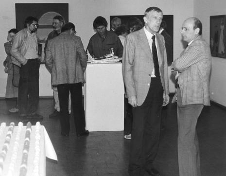 Od lewej x, i artyści: Jerzy Treliński, Ireneusz Pierzgalski, Tomasz Jaśkiewicz, Andrzej Gieraga, x, x, Wiesław Garboliński oraz dyr. Bernard Kepler (BWA w Łodzi)