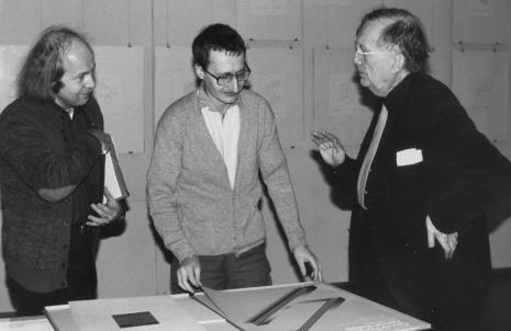 Od lewej Zenon Kulpa, Jan Kubasiewicz (autor plakatu i projektu katalogu wystawy), Oskar Reutersvärd