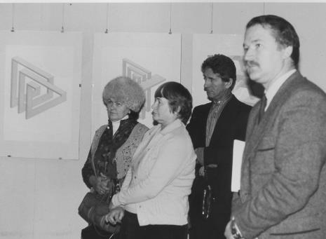 Od lewej Helena Kornacka (emeytka ms, obsługa galerii), Halina  Szałowska (Dział Dokumentacji Naukowej), Andrzej Gieraga, dyr. Ryszard Czubaczyński (Estrady Łódzkiej)